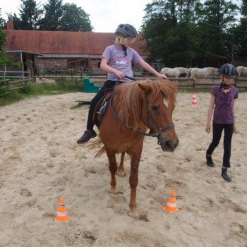 Heilpädagogisches Reiten - sich gegenseitig beim selbständig reiten zu sichern und begleiten ist eine verantwortungsvolle Aufgabe für Kinder und Jugendliche und lässt manche(n) über sich hinauswachsen.